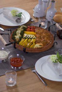 De met vlees en groente gevulde steen wordt op authentieke Bulgaarse wijze, in een keer in de oven op 180 graden en in 25-30 minuten gegaard.