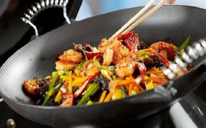 Wokken Gezellig samen aan tafel eten zodat u geen lange voorbereiding in de keuken nodig heeft. Wij laten u zorgeloos genieten en maken uw party compleet met heerlijk vlees, frisse salades, sausjes en stokbrood.